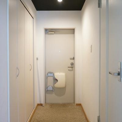 廊下は広めで大きい玄関収納もあり