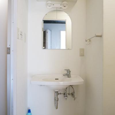 窓が可愛らしい洗面台は収納もあり