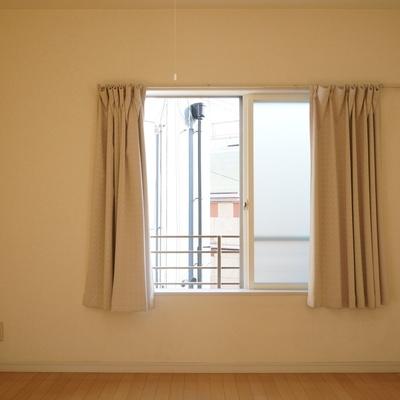 寝室の東側には小窓が。