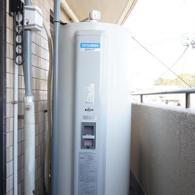 ベランダにどーんとある電気温水器