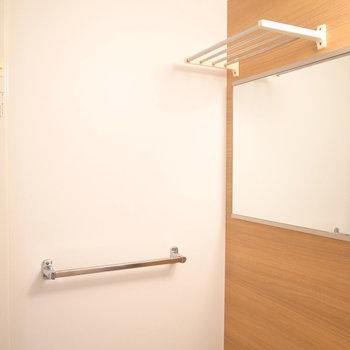 洗い場側には便利な棚などがついてます。