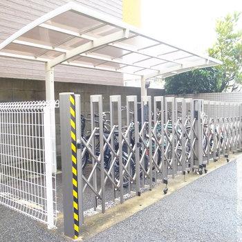 駐輪場は屋根つき。防犯の柵も。