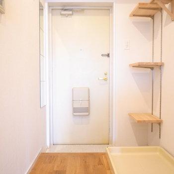 玄関のたたきには白タイルが敷かれてます。狭めではありますが、このかわいらしさがたまらない♪
