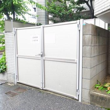 マンションの入り口付近にゴミ置き場があります。