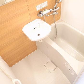 洗面台は浴室についているタイプ。鏡はワイド!