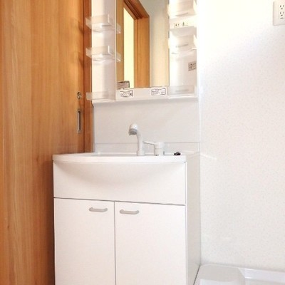 独立洗面台。脱衣スペースも確保!