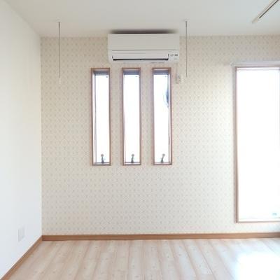 細長い窓が特徴的