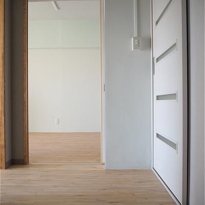 玄関に靴箱がないので自分で用意!※写真は5階の同間取り別部屋のものです