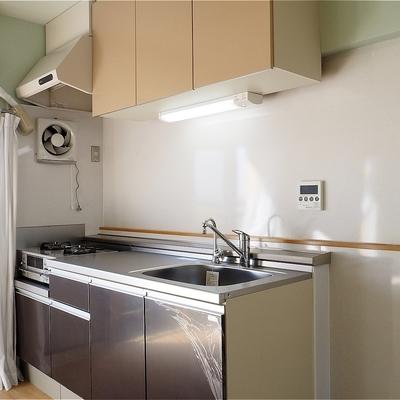 キッチンは2口コンロ!しっかり設備※写真は5階の同間取り別部屋のものです