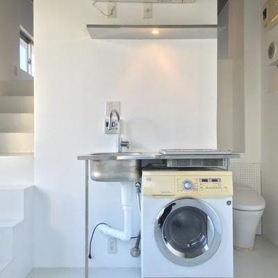 お部屋は3段構造 ※今回の募集にドラム式洗濯機はつきません