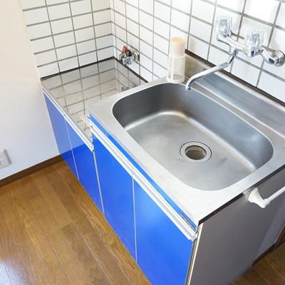 キッチンにはガスコンロをつけます!今回はキッチンがブルー!!※写真は工事前です