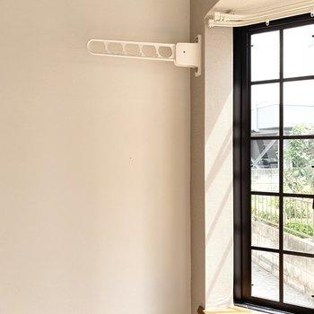 窓際には物干し竿掛けがあり室内干しができます。※写真はクリーニング前のものです