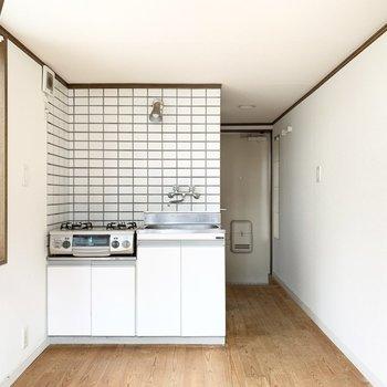 白タイルのキッチンがポイント。※写真はクリーニング前のものです
