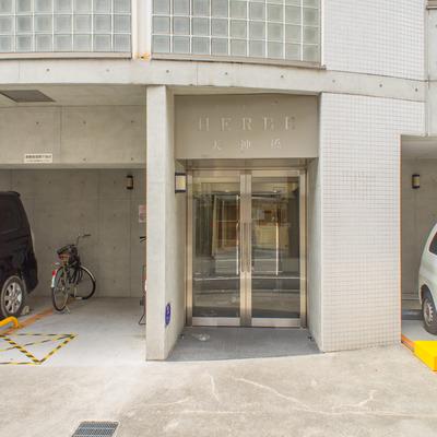 駐車スペースの間に入り口があります。