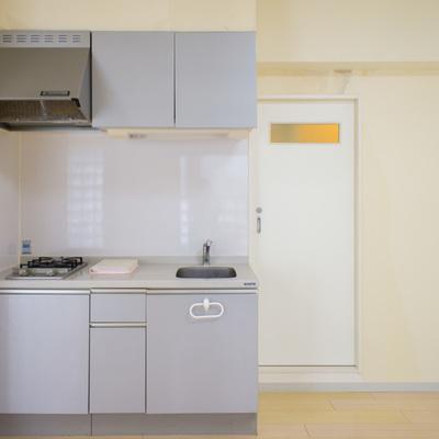 キッチンの横に水周りにつかがる扉が… ※壁紙改装中