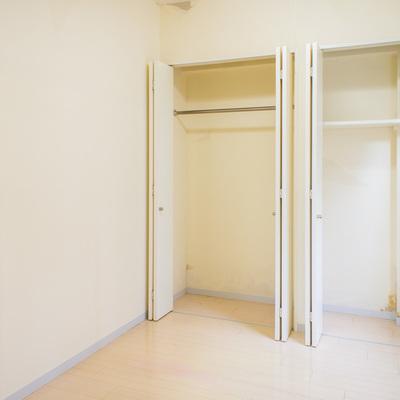 4帖の洋室は片面全てクローゼットです。 ※壁紙改装中