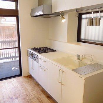 【1階】キッチンの周りにも窓がたくさんで明るいです♪