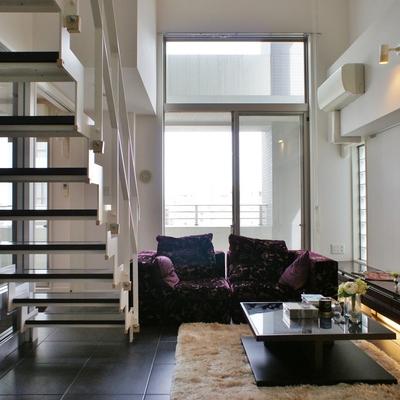 吹き抜けの階段で開放的。※モデルルームになります、家具等はサンプルです