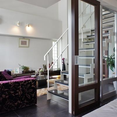 ガラス張りで開放的。2階へ上がりましょう※モデルルームになります、家具等はサンプルです