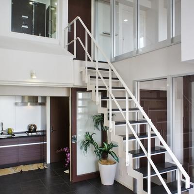 階段を上がった先に水回りと横に洋室。※モデルルームになります、家具等はサンプルです