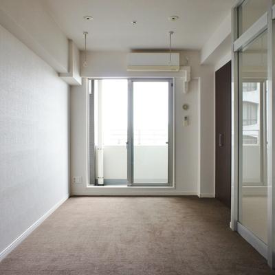 2階洋室。こちらはカーペットフローリングに。