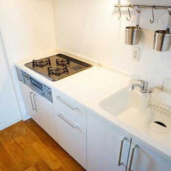 キッチンは3口ガスコンロ!※写真は前回募集時のものです