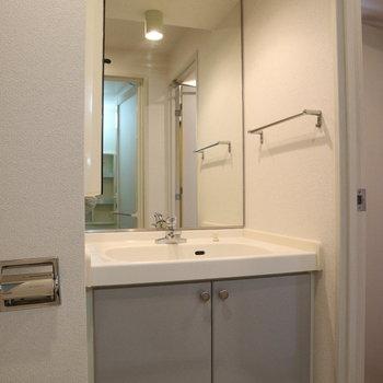 シンプルでクリーンな洗面台※写真は8階同間取り別部屋のものです