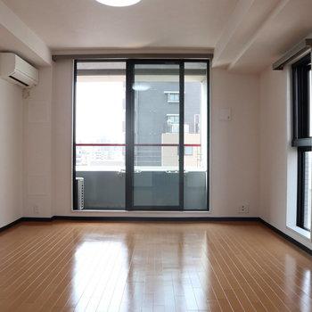 大きな窓! 解放感がありますね。※写真は8階同間取り別部屋のものです