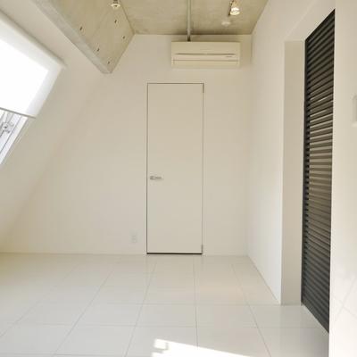 洋室の壁は斜めの代わりに日が差し込むー!※写真は前回掲載時のものです。
