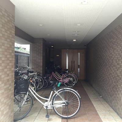 エントランス前は自転車置き場に。