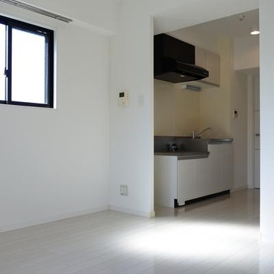 キッチンのとなりにも窓があって、光がしっかり入ります。