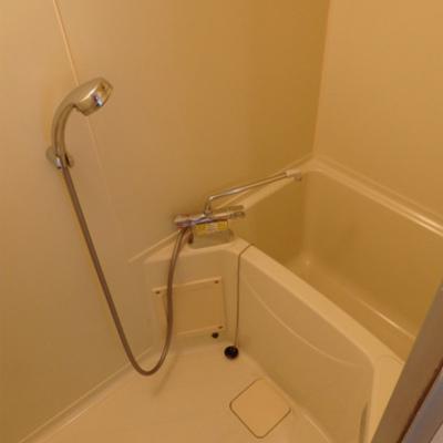 お風呂は少し狭い※写真は前回掲載時のものです。