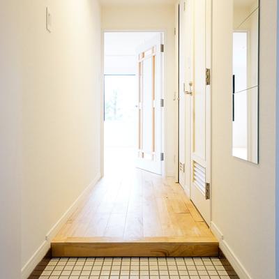 玄関も白タイルでパッと明るく♪※写真は前回募集時のもの
