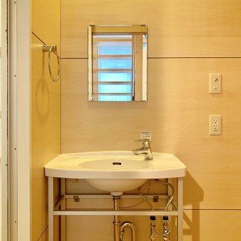 2階は水回り。洗面台はコンパクト。