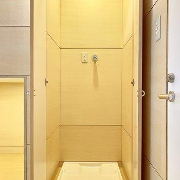 そのお隣には洗濯機置き場。扉も付いています。