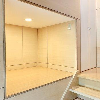 階段途中に収納。なんだか秘密基地みたい!