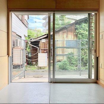 玄関ドアはオープンなガラス窓。ロールカーテンも付いています。