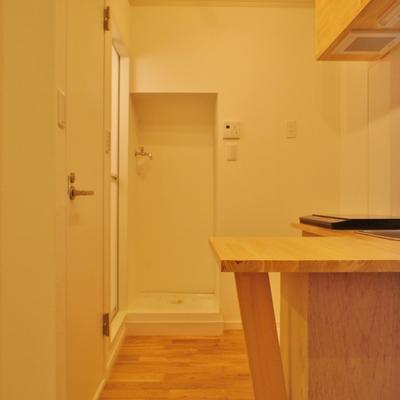 キッチン周り。キッチン後ろに水回り※写真は前回募集時のものです