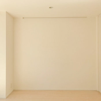 床と壁の白さに温かみがあります