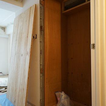 お部屋の入口にも収納あります!※写真は工事中です