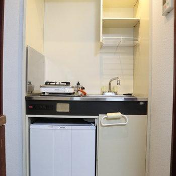 コンロ下には冷蔵庫があります