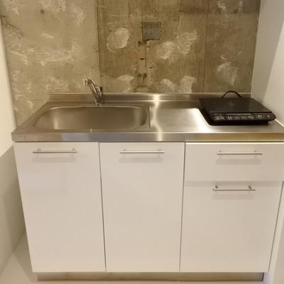 キッチンはとってもシンプル。IHが置き式ですね。(※写真は前回募集時のものです)