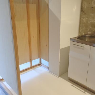 こちらに冷蔵庫を置いてくださいね。しっくりくるサイズ。(※写真は前回募集時のものです)