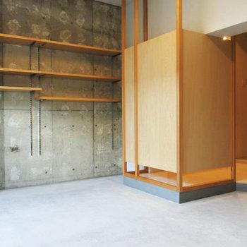モルタルの床に、壁もコンクリむき出し。なかなかワイルドでしょ。