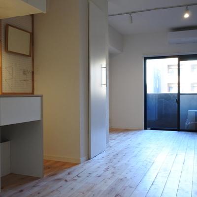 キッチンの後ろはぷちダイニングかもしくは棚を置くのがおすすめですね。