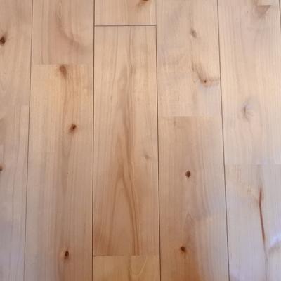 床はこんな感じ。やっぱり無垢の床はいいなあ。