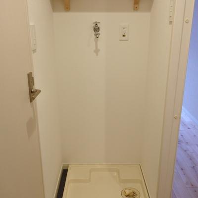 洗濯機置き場は脱衣所に。棚が便利ですね。