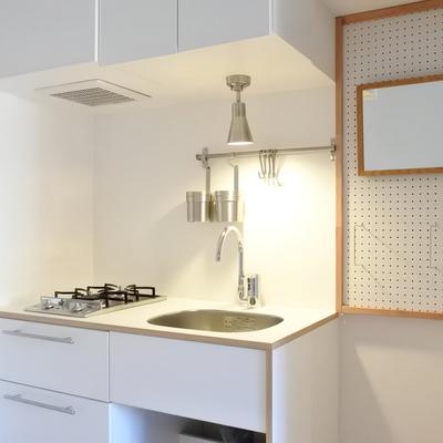 今回、洗面台がないので、キッチン横にちょっとした化粧スペースを設けました!