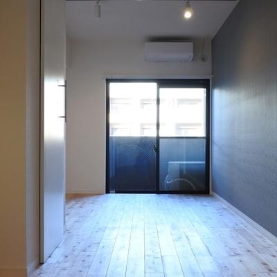 お部屋の1面はアクセントクロスが張ってあり素敵なのです。