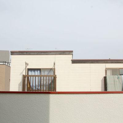 3階窓からの眺望、周りも家が並んでいます